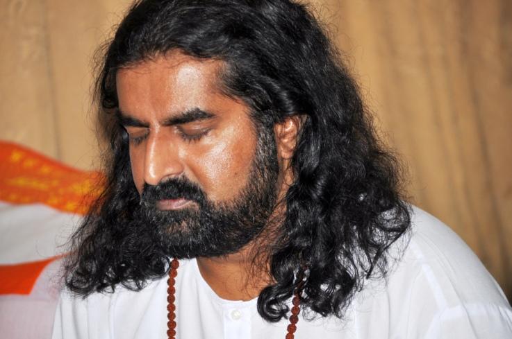 Čak i kada možemo da meditiramo, izgovaranje imena božanstava ili mantri može da dovede do dublje meditacije. Ime Božanske sile, zvuk, dah, vibracije, sve pomaže da um utihne.