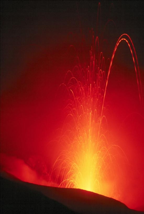 Otopljena energija probijala je zemlju, voda i vatra je pokuljala a voda šiknula u nebo...