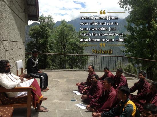 Distancirajte se od svog uma i boravite u svojoj kičmi. Samo posmatrajte šou bez vezivanja za svoj um.
