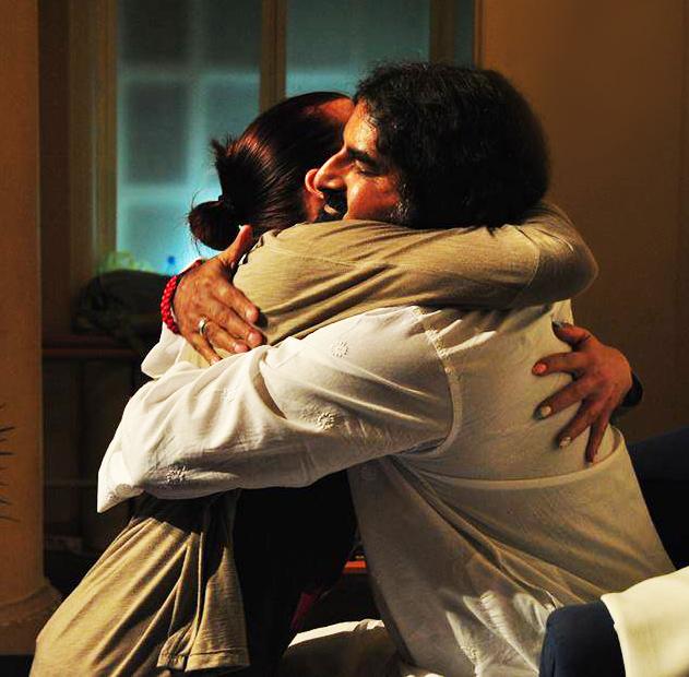 čim se zagrlite, tvoja srčana čakra se spoji sa srčanom čakrom  druge osobe i dolazi do prenosa energije.
