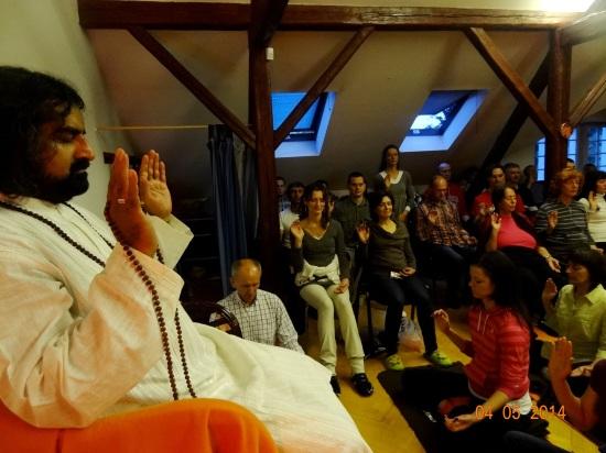 Mohanđi blagosilja grupu tokom meditacije Moć čistote