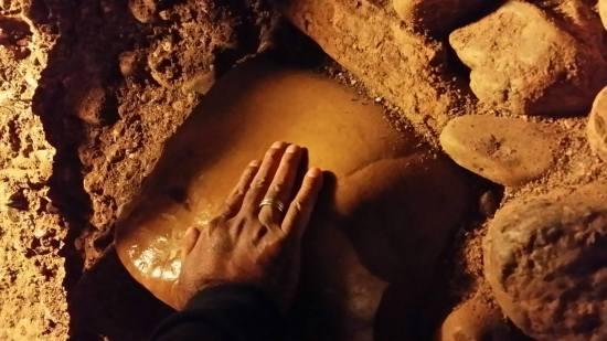 Opipavanje i osluškivanje megalita u Lavirintu/ Tunelu Ravne